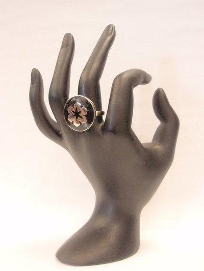 Anillo acero esmalte negro flor ajustable