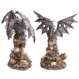 Dragon gris sobre calaveras