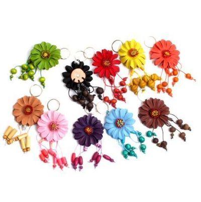 Llavero Flor de cuero con colgantes grande