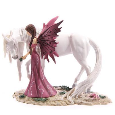 Hada alimentando Unicornio blanco